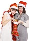 presenterar roliga flickor för jul ut att ta deras två Arkivbild