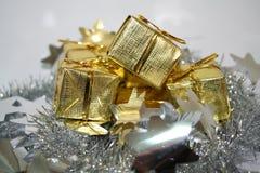 Presentes 2 del oro Imagen de archivo libre de regalías