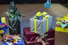 Presentes adornados hechos a mano Un regalo es un objeto se da que, ofreciendo alguien gratis como muestra del afecto, amor, resp Fotografía de archivo libre de regalías