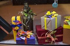 Presentes adornados hechos a mano Un regalo es un objeto se da que, ofreciendo alguien gratis como muestra del afecto, amor, resp Imagen de archivo