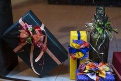 Presentes adornados hechos a mano Un regalo es un objeto se da que, ofreciendo alguien gratis como muestra del afecto, amor, resp Fotos de archivo libres de regalías