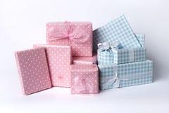 Presentes azuis e cor-de-rosa do bebê Fotografia de Stock