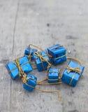 Presentes azuis pequenos na placa de madeira Fotografia de Stock Royalty Free