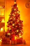 Presentes bajo el árbol de navidad Fotos de archivo