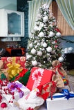 Presentes bajo el árbol de navidad Fotografía de archivo libre de regalías