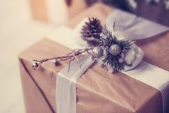 Presentes belamente envolvidos sob a árvore de Natal Imagem de Stock Royalty Free
