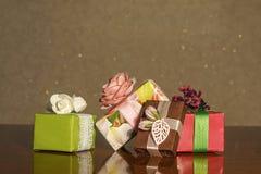 Presentes bonitos Caixas embaladas Expectativa do feriado fotos de stock royalty free