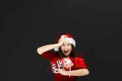 Presentes bonitos do Natal da terra arrendada da mulher foto de stock
