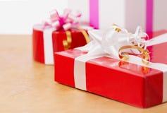 Presentes bonitos na tabela Imagem de Stock Royalty Free