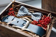 Presentes bonitos, uma correia e um laço Fotos de Stock