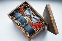 Presentes bonitos, uma correia e um laço Imagem de Stock