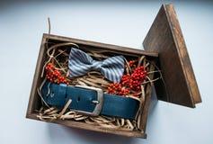 Presentes bonitos, uma correia e um laço Foto de Stock