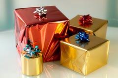Presentes brillantes de la Navidad fotos de archivo libres de regalías