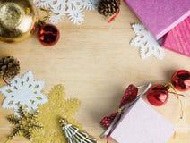 Presentes, brinquedos e flocos de neve lisos do Natal da configuração na madeira Imagens de Stock
