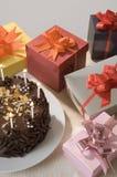 Presentes com bolo de aniversário Fotografia de Stock