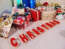 Presentes com o Natal escrito embaixo Imagens de Stock Royalty Free