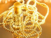 Presentes com perfume árabe no fundo dourado E Natal, aniversário, dia de Valentim Imagens de Stock
