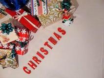 Presentes con la Navidad escrita debajo Imagen de archivo libre de regalías