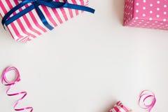 Presentes cor-de-rosa no branco Fundo do aniversário Imagem de Stock Royalty Free
