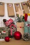 Presentes Crafted do Natal e calendário clássico no vermelho, GR do advento Imagem de Stock