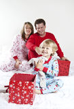 Presentes da abertura da família no Natal Foto de Stock