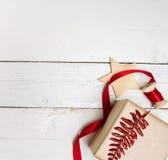 Presentes da caixa de presentes do Natal no fundo de madeira Fotografia de Stock