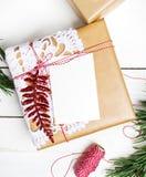 Presentes da caixa de presentes do Natal no fundo de madeira Imagem de Stock Royalty Free