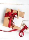 Presentes da caixa de presentes do Natal no fundo de madeira Imagens de Stock