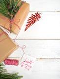 Presentes da caixa de presentes do Natal no fundo de madeira Foto de Stock