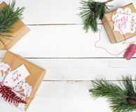 Presentes da caixa de presentes do Natal no fundo de madeira Fotos de Stock Royalty Free
