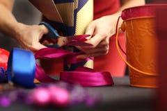 Presentes de época natalícia de empacotamento Foto de Stock