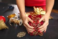 Presentes de época natalícia de empacotamento Foto de Stock Royalty Free