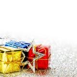 Presentes de época natalícia decorados Fotografia de Stock Royalty Free