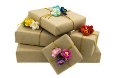 Presentes de época natalícia decorados com flores de papel foto de stock royalty free