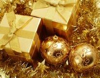 Presentes de época natalícia e decoração do ouro Fotografia de Stock