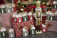 Presentes de época natalícia e presentes do Natal com bonecos de neve e um Nutcrack imagens de stock