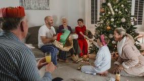 Presentes de apertura el mañana de la Navidad Imagen de archivo