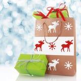 Presentes de Chirstmas em um saco de compras decorado Fotos de Stock