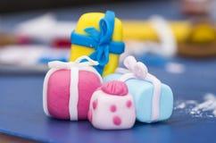 Presentes de cumpleaños hechos de la pasta de azúcar Imagen de archivo libre de regalías