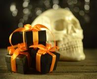 Presentes de Dia das Bruxas com crânio Imagem de Stock