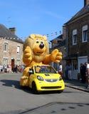 Presentes de jogo da caravana do Tour de France na multidão Lion Mascot fotografia de stock