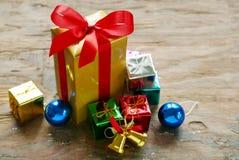 Presentes de la caja de regalo Fotos de archivo
