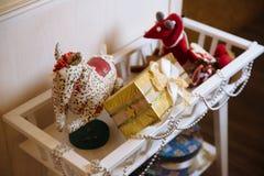 Presentes de la Feliz Navidad y del Año Nuevo 2017, juguetes, decoración Concepy de días de fiesta Fotos de archivo libres de regalías
