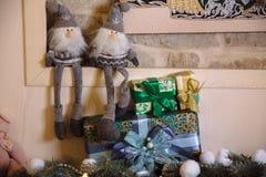 Presentes de la Feliz Navidad y del Año Nuevo 2017, juguetes, decoración Concepy de días de fiesta Imagen de archivo libre de regalías
