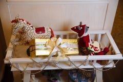 Presentes de la Feliz Navidad y del Año Nuevo 2017, juguetes, decoración Concepy de días de fiesta Foto de archivo libre de regalías