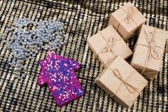 Presentes de la Navidad o del Año Nuevo y decoraciones de la Navidad Foto de archivo