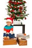 Presentes de los paquetes del muchacho de Navidad Foto de archivo libre de regalías