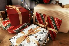 Presentes de Natal à moda no papel de envolvimento moderno Ouro luxuoso Foto de Stock Royalty Free
