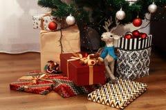 Presentes de Natal à moda no papel de envolvimento moderno Ouro luxuoso Foto de Stock