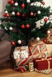 Presentes de Natal à moda no papel de envolvimento moderno Ouro luxuoso Imagens de Stock